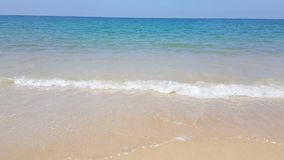 Ειδυλλιακό νερό της θάλασσας κυμάτων παραλιών κρυστάλλου μπροστά από το ξενοδοχείο πολυτελείας, ελκυστική σαφής θάλασσα, υπόβαθρα απόθεμα βίντεο
