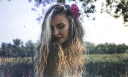 Ειδωλολατρικό κορίτσι στο δάσος Στοκ εικόνα με δικαίωμα ελεύθερης χρήσης