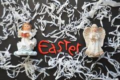 Ειδώλια αγγέλου, σύνθεση διακοπών Πάσχας στο λευκό, ο Μαύρος, κόκκινος Στοκ φωτογραφία με δικαίωμα ελεύθερης χρήσης