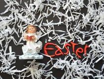Ειδώλιο αγγέλου, σύνθεση διακοπών Πάσχας στο λευκό, ο Μαύρος, κόκκινος Στοκ φωτογραφία με δικαίωμα ελεύθερης χρήσης