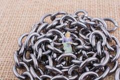 Ειδώλιο γυναικών στις αλυσίδες χάλυβα σε μια κατασκευασμένη επιφάνεια στοκ φωτογραφίες με δικαίωμα ελεύθερης χρήσης