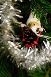 Ειδώλιο κώνων πεύκων στο χριστουγεννιάτικο δέντρο στοκ φωτογραφία με δικαίωμα ελεύθερης χρήσης
