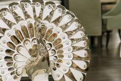 Ειδώλιο πορσελάνης ενός peacock σε ένα σύγχρονο ύφος στοκ φωτογραφία