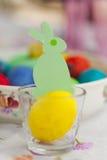 Ειδώλιο Πράσινης Βίβλου της συνεδρίασης κουνελιών στο κίτρινο αυγό Πάσχας Στοκ φωτογραφία με δικαίωμα ελεύθερης χρήσης