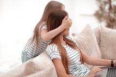 εικασία που ένα μικρό κορίτσι που παίζει με τη μητέρα της στοκ εικόνες