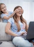 εικασία που μικρό κορίτσι που κλείνει τα μάτια της στο mom της στοκ εικόνες