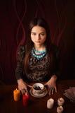 Εικασίες κοριτσιών στα φύλλα τσαγιού Στοκ φωτογραφίες με δικαίωμα ελεύθερης χρήσης