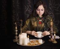 Εικασίες κοριτσιών στον καφέ Στοκ φωτογραφία με δικαίωμα ελεύθερης χρήσης