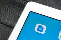 Εικονίδιο εγγράφων Google κινηματογράφηση σε πρώτο πλάνο οθόνης smartphone της Apple iPad στην υπέρ Εικονίδιο εγγράφων Google τρι Στοκ Εικόνες