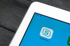 Εικονίδιο επιχειρηματικής εφαρμογής Skype κινηματογράφηση σε πρώτο πλάνο οθόνης smartphone της Apple iPad στην υπέρ App επιχειρησ Στοκ φωτογραφία με δικαίωμα ελεύθερης χρήσης
