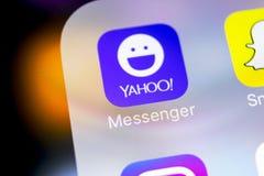 Εικονίδιο εφαρμογής αγγελιοφόρων του Yahoo στο iPhone Χ της Apple κινηματογράφηση σε πρώτο πλάνο οθόνης smartphone App αγγελιοφόρ Στοκ Εικόνα