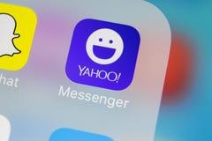 Εικονίδιο εφαρμογής αγγελιοφόρων του Yahoo στο iPhone Χ της Apple κινηματογράφηση σε πρώτο πλάνο οθόνης smartphone App αγγελιοφόρ Στοκ Φωτογραφία