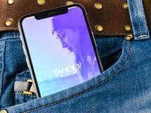 Εικονίδιο εφαρμογής αγγελιοφόρων του Yahoo στο iPhone Χ της Apple κινηματογράφηση σε πρώτο πλάνο οθόνης smartphone στην τσέπη τζι Στοκ φωτογραφίες με δικαίωμα ελεύθερης χρήσης