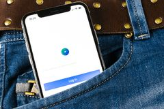 Εικονίδιο εφαρμογής αγγελιών Facebook στο iPhone Χ της Apple κινηματογράφηση σε πρώτο πλάνο οθόνης στην τσέπη τζιν Επιχειρησιακό  Στοκ Φωτογραφίες