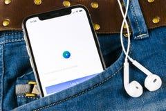 Εικονίδιο εφαρμογής αγγελιών Facebook στο iPhone Χ της Apple κινηματογράφηση σε πρώτο πλάνο οθόνης στην τσέπη τζιν Επιχειρησιακό  Στοκ Εικόνες