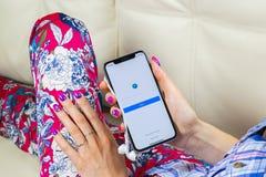 Εικονίδιο εφαρμογής αγγελιών Facebook στο iPhone Χ της Apple οθόνη στα χέρια γυναικών Επιχειρησιακό app Facebook εικονίδιο Κινητή Στοκ φωτογραφία με δικαίωμα ελεύθερης χρήσης