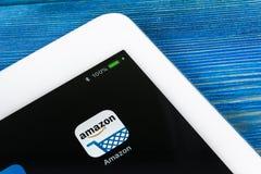 Εικονίδιο εφαρμογής αγορών του Αμαζονίου κινηματογράφηση σε πρώτο πλάνο οθόνης της Apple iPad στην υπέρ Εικονίδιο αγορών app του  Στοκ Εικόνες
