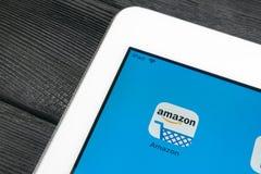 Εικονίδιο εφαρμογής αγορών του Αμαζονίου κινηματογράφηση σε πρώτο πλάνο οθόνης της Apple iPad στην υπέρ Εικονίδιο αγορών app του  Στοκ εικόνες με δικαίωμα ελεύθερης χρήσης