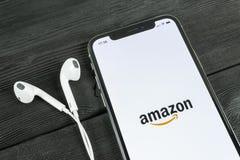 Εικονίδιο εφαρμογής αγορών του Αμαζονίου στο iPhone Χ της Apple οθόνη Εικονίδιο αγορών app του Αμαζονίου Κινητή εφαρμογή του Αμαζ Στοκ φωτογραφία με δικαίωμα ελεύθερης χρήσης