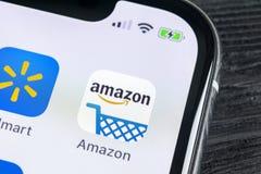 Εικονίδιο εφαρμογής αγορών του Αμαζονίου στο iPhone Χ της Apple κινηματογράφηση σε πρώτο πλάνο οθόνης Εικονίδιο αγορών app του Αμ Στοκ φωτογραφίες με δικαίωμα ελεύθερης χρήσης