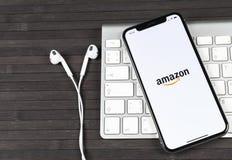 Εικονίδιο εφαρμογής αγορών του Αμαζονίου στο iPhone Χ της Apple κινηματογράφηση σε πρώτο πλάνο οθόνης Εικονίδιο αγορών app του Αμ Στοκ Εικόνα