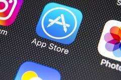 Εικονίδιο εφαρμογής καταστημάτων της Apple στο iPhone Χ της Apple κινηματογράφηση σε πρώτο πλάνο οθόνης smartphone Κινητό εικονίδ Στοκ Εικόνα