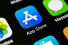 Εικονίδιο εφαρμογής καταστημάτων της Apple στο iPhone Χ της Apple κινηματογράφηση σε πρώτο πλάνο οθόνης smartphone Κινητό εικονίδ Στοκ Εικόνες