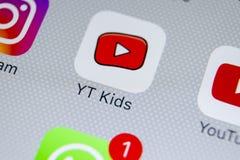 Εικονίδιο εφαρμογής παιδιών YouTube στο iPhone Χ της Apple κινηματογράφηση σε πρώτο πλάνο οθόνης App παιδιών Youtube εικονίδιο Εφ Στοκ Φωτογραφίες