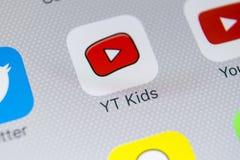 Εικονίδιο εφαρμογής παιδιών YouTube στο iPhone Χ της Apple κινηματογράφηση σε πρώτο πλάνο οθόνης App παιδιών Youtube εικονίδιο Εφ Στοκ Εικόνα
