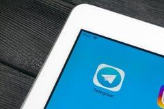 Εικονίδιο εφαρμογής τηλεγραφημάτων κινηματογράφηση σε πρώτο πλάνο οθόνης της Apple iPad στην υπέρ App τηλεγραφημάτων εικονίδιο Το Στοκ Φωτογραφίες