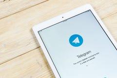 Εικονίδιο εφαρμογής τηλεγραφημάτων στην κινηματογράφηση σε πρώτο πλάνο οθόνης της Apple iPad App τηλεγραφημάτων εικονίδιο Το τηλε Στοκ φωτογραφία με δικαίωμα ελεύθερης χρήσης