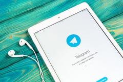 Εικονίδιο εφαρμογής τηλεγραφημάτων στην κινηματογράφηση σε πρώτο πλάνο οθόνης της Apple iPad App τηλεγραφημάτων εικονίδιο Το τηλε Στοκ Φωτογραφία