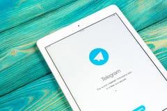 Εικονίδιο εφαρμογής τηλεγραφημάτων στην κινηματογράφηση σε πρώτο πλάνο οθόνης της Apple iPad App τηλεγραφημάτων εικονίδιο Το τηλε Στοκ Φωτογραφίες