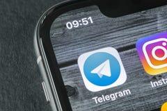 Εικονίδιο εφαρμογής τηλεγραφημάτων στο iPhone Χ της Apple κινηματογράφηση σε πρώτο πλάνο οθόνης App τηλεγραφημάτων εικονίδιο Το τ Στοκ Εικόνες
