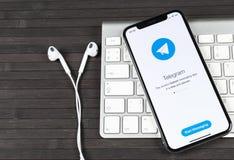 Εικονίδιο εφαρμογής τηλεγραφημάτων στο iPhone Χ της Apple κινηματογράφηση σε πρώτο πλάνο οθόνης App τηλεγραφημάτων εικονίδιο Το τ Στοκ εικόνες με δικαίωμα ελεύθερης χρήσης