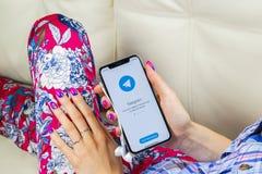 Εικονίδιο εφαρμογής τηλεγραφημάτων στο iPhone Χ της Apple κινηματογράφηση σε πρώτο πλάνο οθόνης στα χέρια γυναικών App τηλεγραφημ Στοκ Φωτογραφία