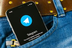 Εικονίδιο εφαρμογής τηλεγραφημάτων στο iPhone Χ της Apple οθόνη στην τσέπη τζιν App τηλεγραφημάτων εικονίδιο Το τηλεγράφημα είναι Στοκ Φωτογραφίες