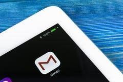 Εικονίδιο εφαρμογής του Gmail Google κινηματογράφηση σε πρώτο πλάνο οθόνης smartphone της Apple iPad στην υπέρ Εικονίδιο του Gmai Στοκ εικόνες με δικαίωμα ελεύθερης χρήσης