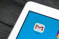 Εικονίδιο εφαρμογής του Gmail Google κινηματογράφηση σε πρώτο πλάνο οθόνης smartphone της Apple iPad στην υπέρ Εικονίδιο του Gmai Στοκ φωτογραφία με δικαίωμα ελεύθερης χρήσης