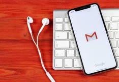 Εικονίδιο εφαρμογής του Gmail Google στο iPhone Χ της Apple κινηματογράφηση σε πρώτο πλάνο οθόνης smartphone Εικονίδιο του Gmail  Στοκ εικόνα με δικαίωμα ελεύθερης χρήσης