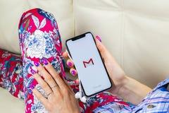Εικονίδιο εφαρμογής του Gmail Google στο iPhone Χ της Apple κινηματογράφηση σε πρώτο πλάνο οθόνης smartphone στα χέρια γυναικών Ε Στοκ Εικόνες