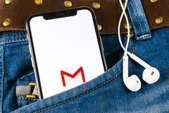 Εικονίδιο εφαρμογής του Gmail Google στο iPhone Χ της Apple οθόνη smartphone στην τσέπη τζιν Εικονίδιο του Gmail app Το Gmail είν Στοκ φωτογραφία με δικαίωμα ελεύθερης χρήσης