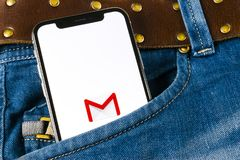 Εικονίδιο εφαρμογής του Gmail Google στο iPhone Χ της Apple οθόνη smartphone στην τσέπη τζιν Εικονίδιο του Gmail app Το Gmail είν Στοκ εικόνα με δικαίωμα ελεύθερης χρήσης