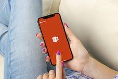 Εικονίδιο εφαρμογής του Powerpoint Microsoft Office στο iPhone Χ της Apple κινηματογράφηση σε πρώτο πλάνο οθόνης στα χέρια γυναικ Στοκ Φωτογραφίες