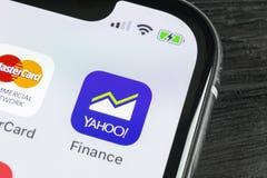 Εικονίδιο εφαρμογής χρηματοδότησης του Yahoo στο iPhone Χ της Apple κινηματογράφηση σε πρώτο πλάνο οθόνης smartphone App χρηματοδ Στοκ Φωτογραφίες