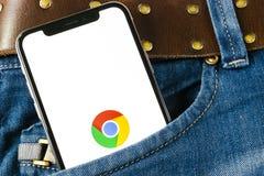 Εικονίδιο εφαρμογής χρωμίου Google στο iPhone Χ της Apple κινηματογράφηση σε πρώτο πλάνο οθόνης στην τσέπη τζιν App χρωμίου Googl Στοκ εικόνες με δικαίωμα ελεύθερης χρήσης