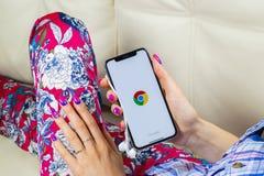 Εικονίδιο εφαρμογής χρωμίου Google στο iPhone Χ της Apple κινηματογράφηση σε πρώτο πλάνο οθόνης στα χέρια γυναικών App χρωμίου Go Στοκ Εικόνα