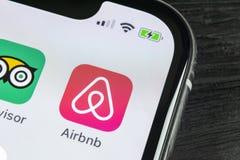 Εικονίδιο εφαρμογής Airbnb στο iPhone Χ της Apple κινηματογράφηση σε πρώτο πλάνο οθόνης App Airbnb εικονίδιο Airbnb η COM είναι σ Στοκ φωτογραφίες με δικαίωμα ελεύθερης χρήσης