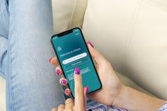 Εικονίδιο εφαρμογής Airbnb στο iPhone Χ της Apple οθόνη στη γυναίκα hsnds App Airbnb εικονίδιο Airbnb η COM είναι σε απευθείας σύ Στοκ εικόνα με δικαίωμα ελεύθερης χρήσης