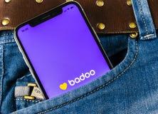 Εικονίδιο εφαρμογής Badoo στο iPhone Χ της Apple κινηματογράφηση σε πρώτο πλάνο οθόνης στην τσέπη τζιν App Badoo εικονίδιο Το Bad Στοκ Φωτογραφία
